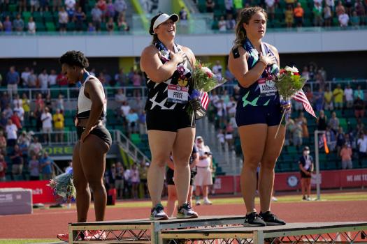 Legisladores piden retirar a Gwen Berry del equipo olímpico de EEUU por dar la espalda a la bandera
