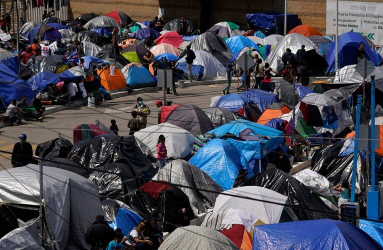 """Baños portátiles y tiendas de acampar: frontera sur parece """"campo de refugiados"""""""